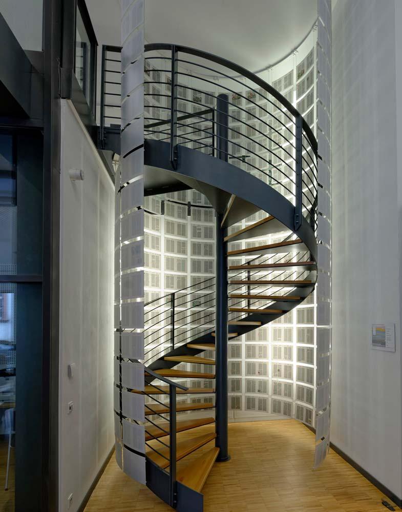 Kunst am Bau Begehbares Buch um Treppe
