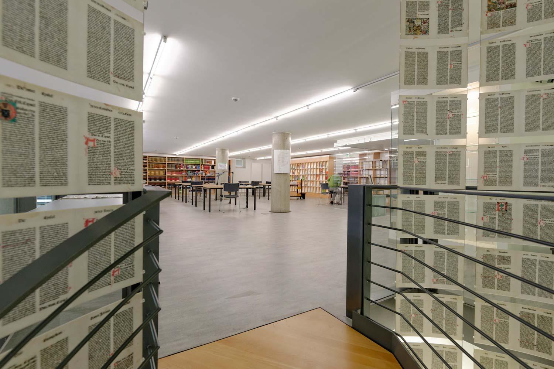 Treppenaustritt des begehbaren Buches im Bibliotheksgeschoss