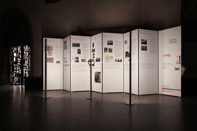 Mobile Informationstafeln der Ausstellungsgestaltung zum Gedenken an Georg Häfner