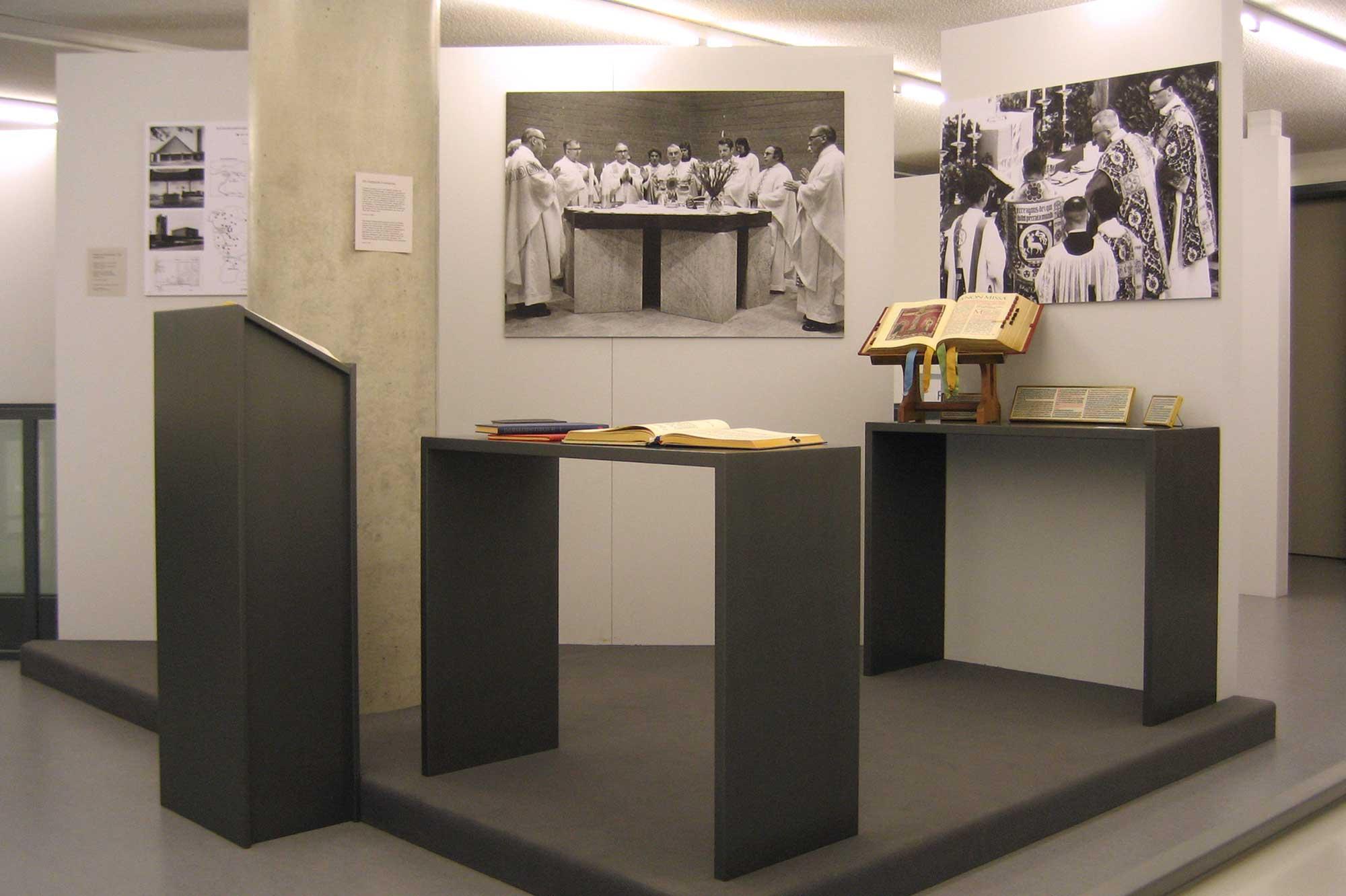 Darstellung zum Wandel der Liturgie nach dem Zweiten Vatikanum in der Rauminsel auf der Galerie
