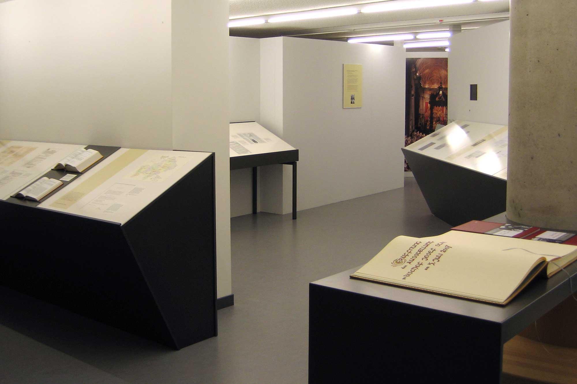 Darstellung zum Wandel der Liturgie nach dem Zweiten Vatikanum in der Rauminsel auf der Galerie in der Ausstellungsgestaltung Bischof Stangl