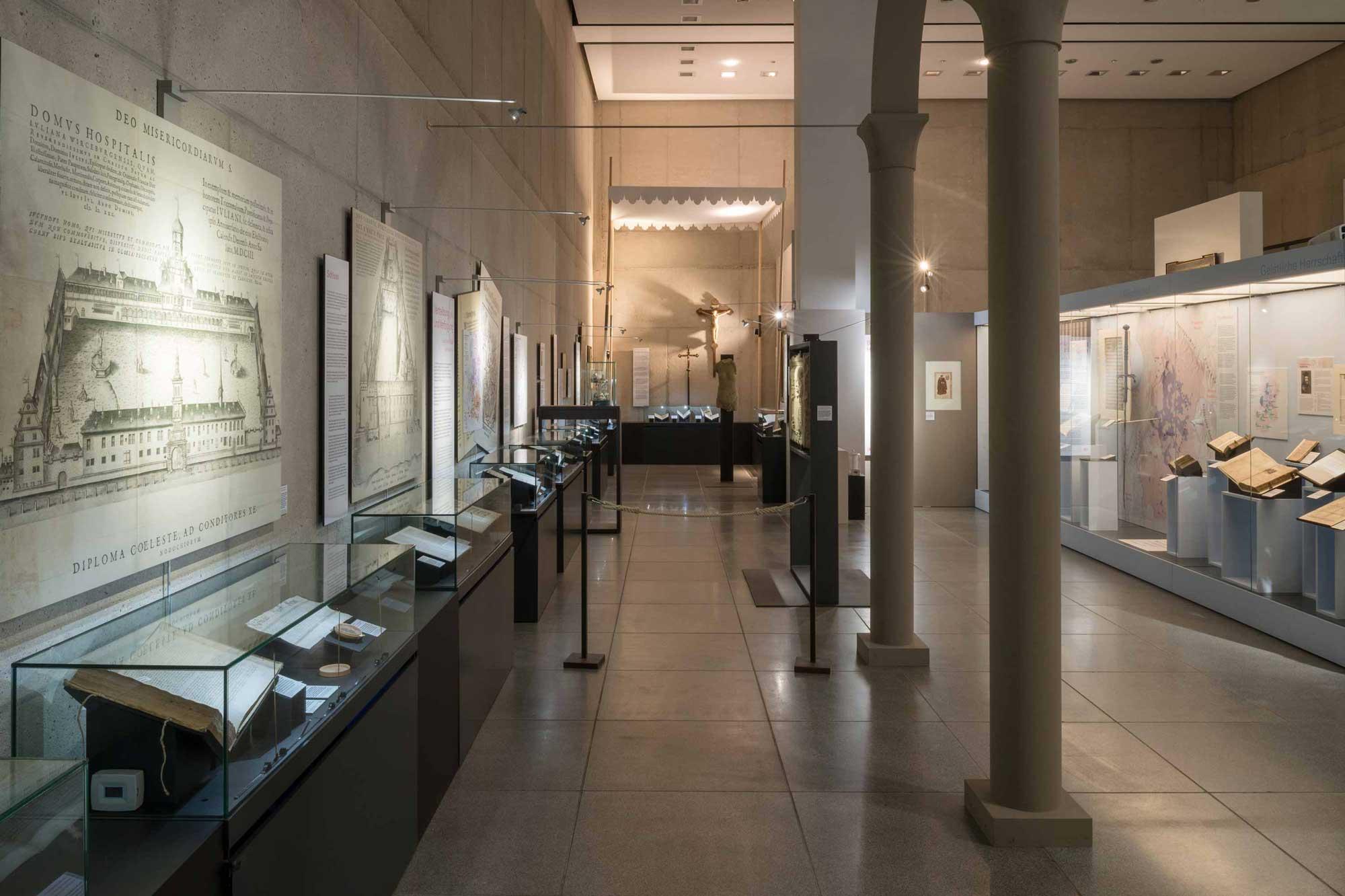 Ausstellungsgestaltung Julius Echter Blick entlang Vitrinen