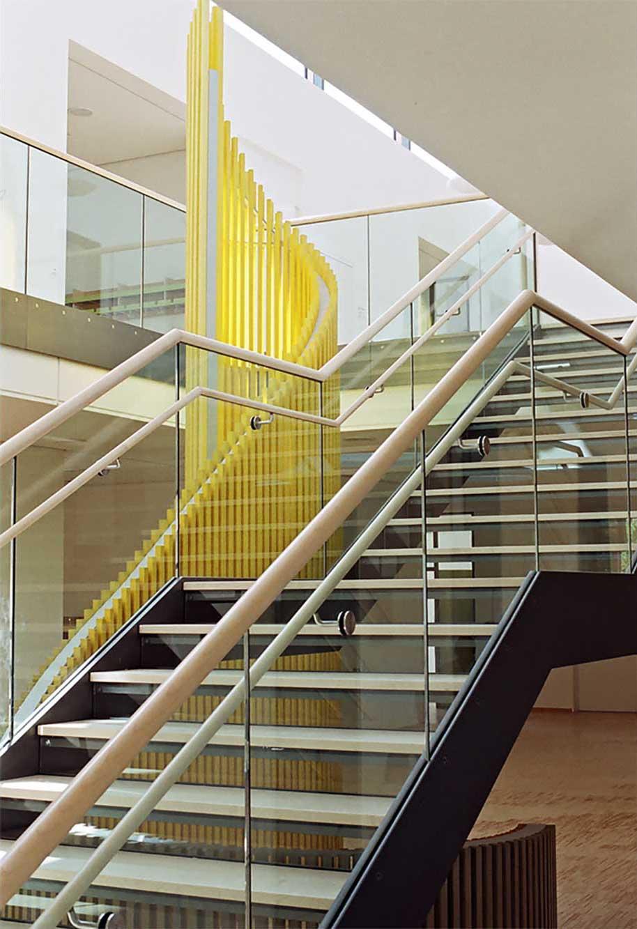 Kunst am Bau Gelbwärts von der Treppe aus gesehen