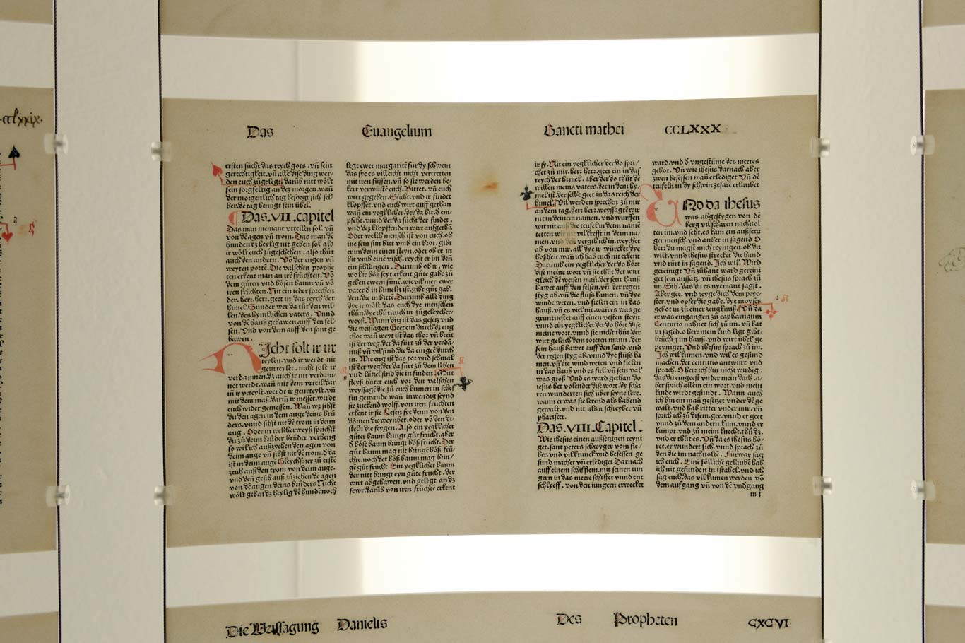 Das Grundelement: eine gekrümmte Tafel mit Darstellung einer Doppelseite