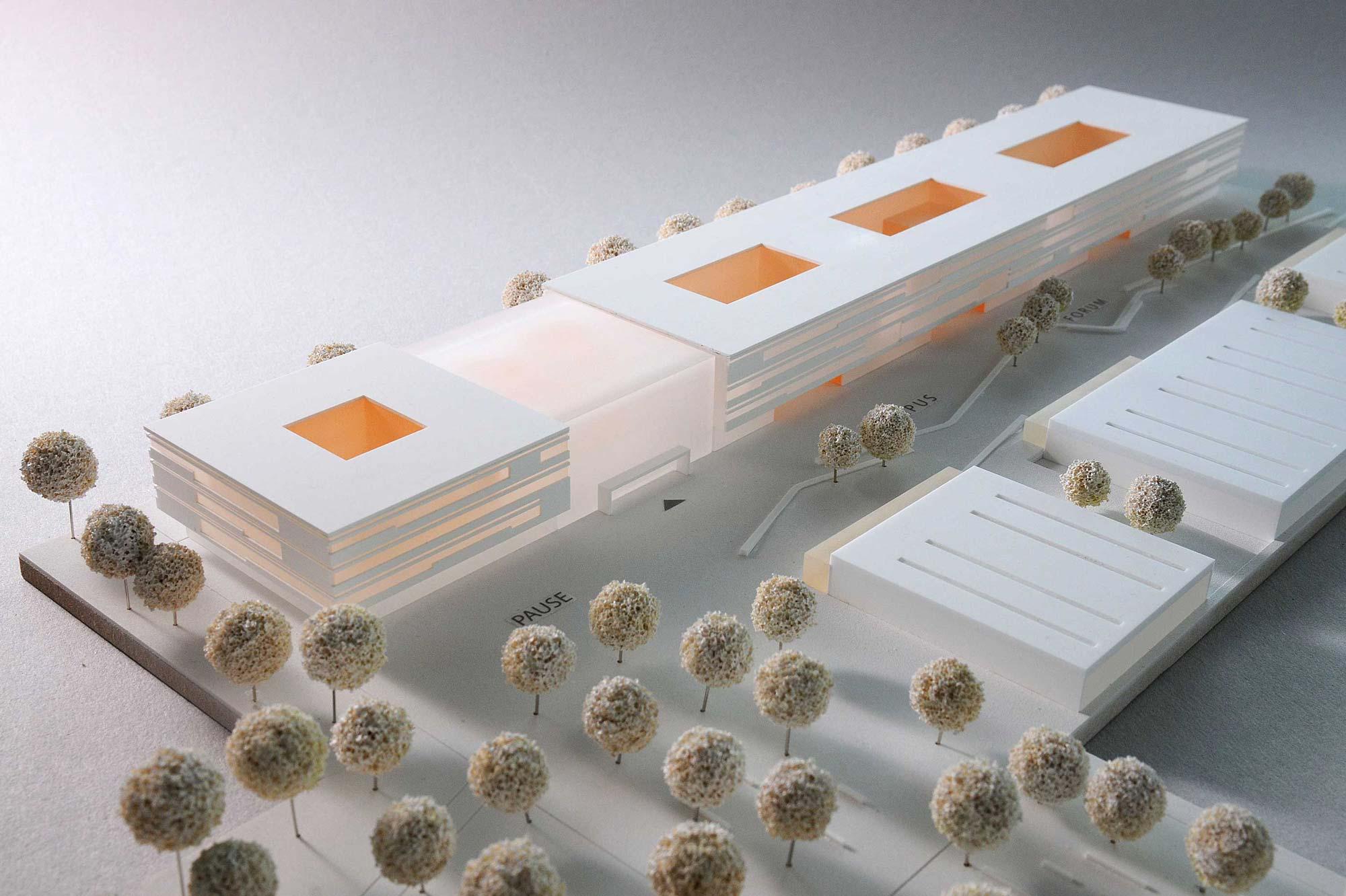 Schrägsicht auf Wettbewerbsmodell Acryl zum Neuen Schulcampus in Nürnberg