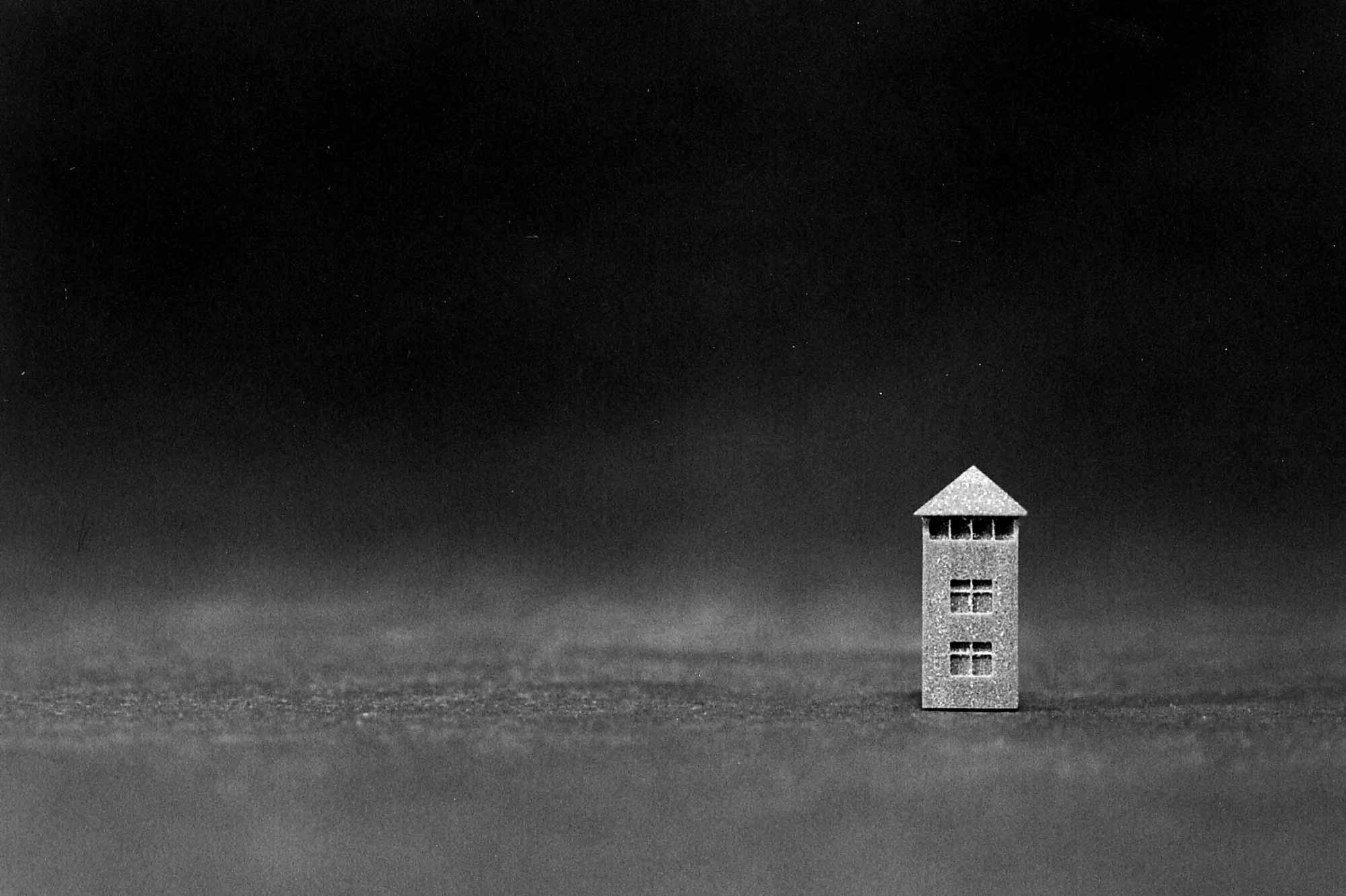 Verhör im Licht, Modell Fotodokumentation, Lagerturm KZ Dachau