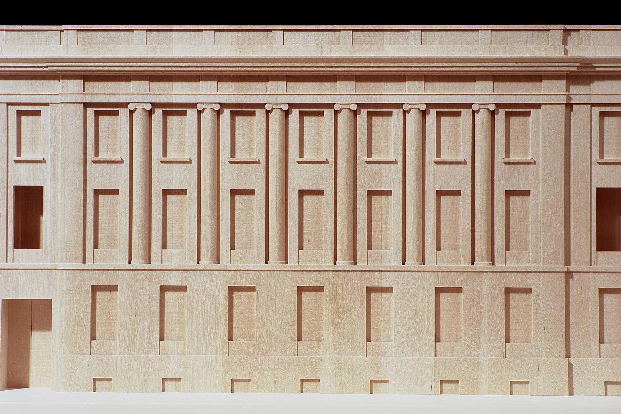 Relief der Fassade des Altbaus im Modell der Schweizer Botschaft Berlin