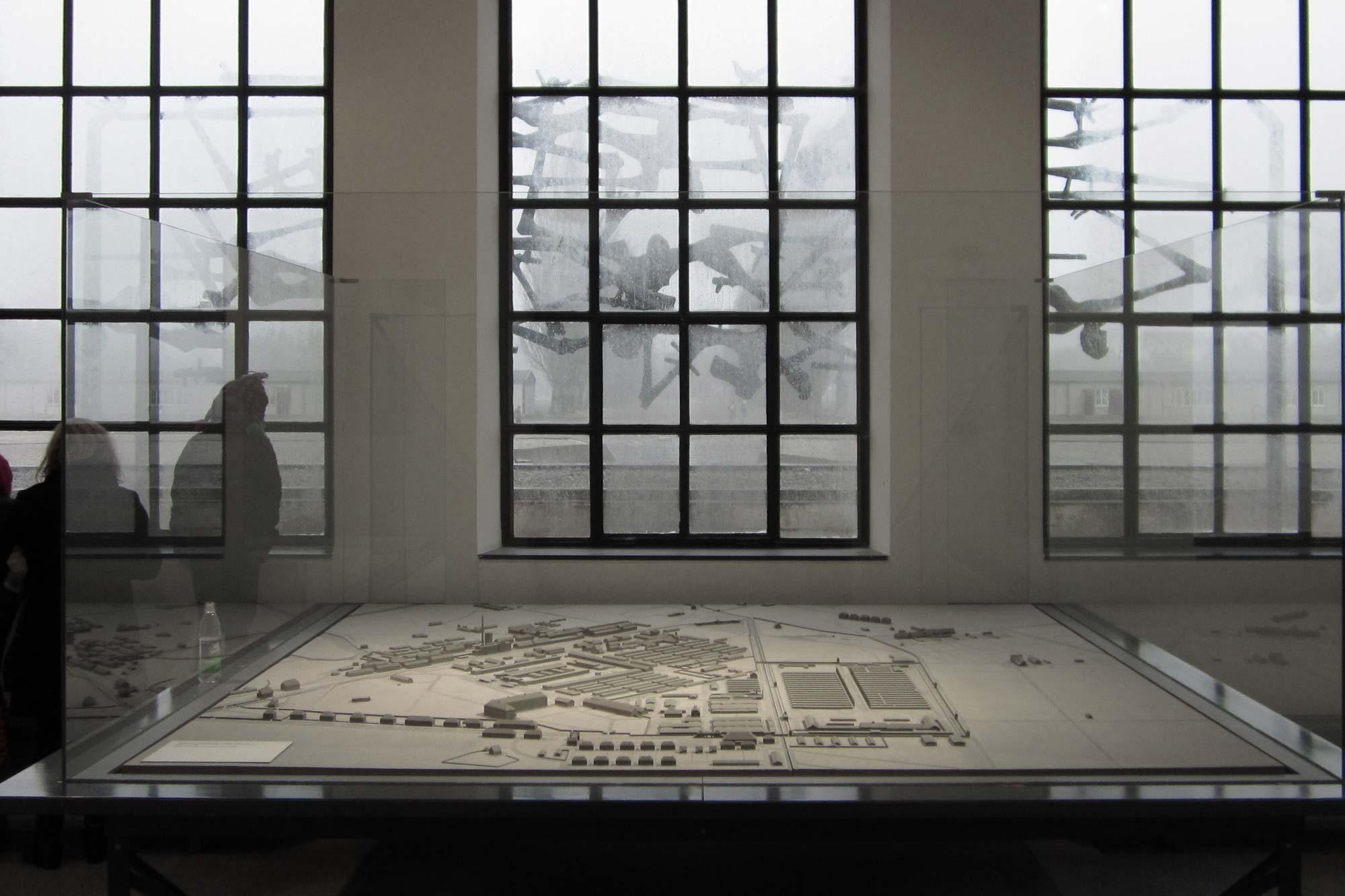 Das Modell steht mit Blick auf den Appellplatz und die Lagerstraße